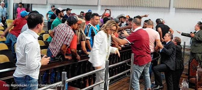 Revoltados com proibição dos rodeios em Jaú, peões geram confusão e insultam vereadores